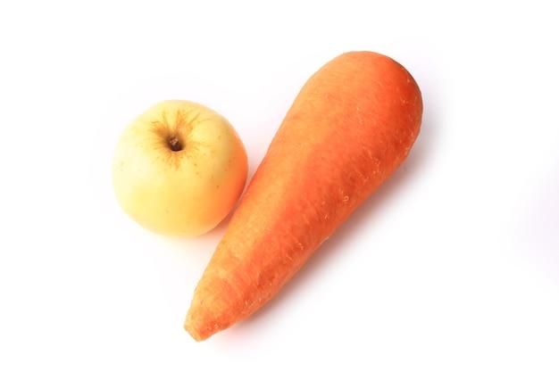 Marchewka i jabłko na białym tle