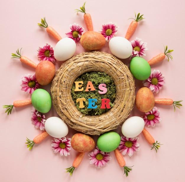 Marchewki i kolorowe jajka wielkanocne