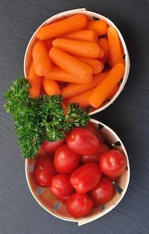 Marchewki i pomidory czereśniowe