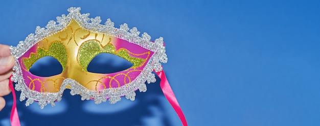 Mardi gras carnivals maskarada maska na niebieski sztandar z miejsca kopiowania