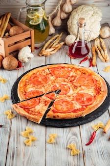Margarita pomidorów pizza na białym drewnianym stole
