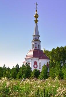Mariinsk syberia rosja 09012021 cerkiew z wysoką iglicą wśród zielonych drzew