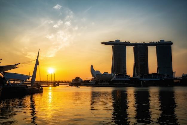 Marina bay sands hotel podczas porannego wschodu słońca