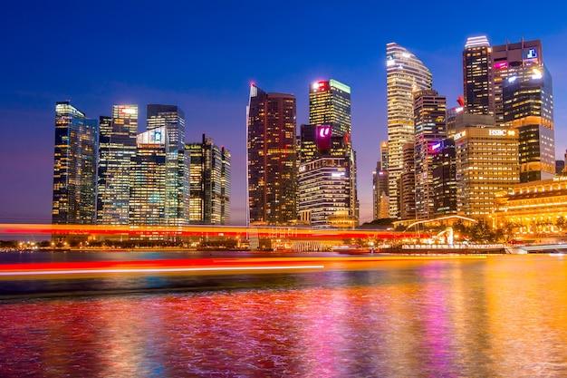 Marina bay w singapurze w nocy