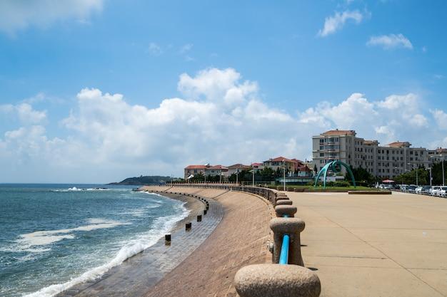 Marina kwadratowa i nowożytna miasto linia horyzontu w qingdao, chiny