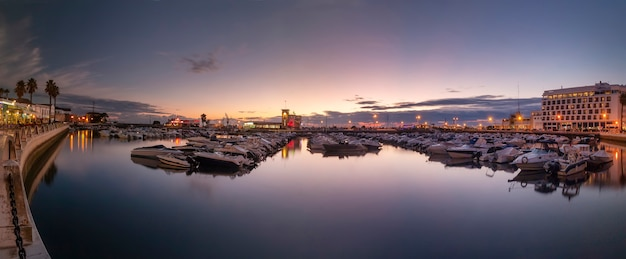 Marina miasta faro o zachodzie słońca