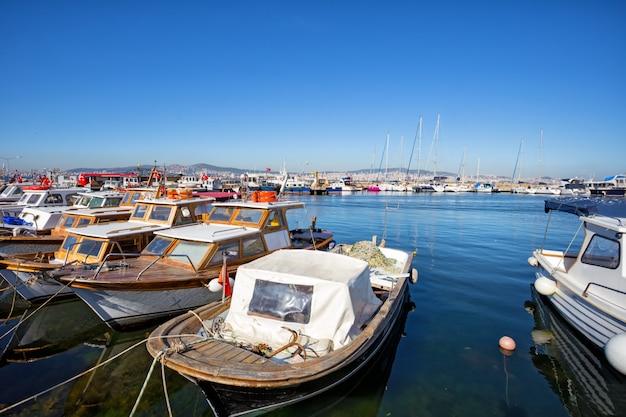 Marina na wyspie buyukada w stambule