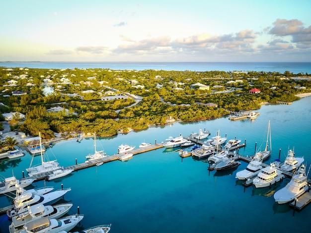 Marina o wschodzie słońca z luksusowymi jachtami na wyspach turks i caicos