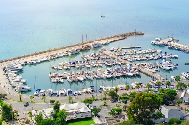 Marina z łodziami i jachtami