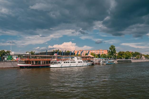 Marina ze statkami na rzece moskwie. białe statki na rzece moskwie. piękna miejscowość turystyczna w moskwie.