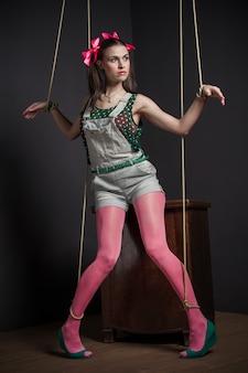 Marionetka kobieta w telewizji z jego ręce związane pozowanie