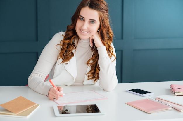 Marketing mediów społecznościowych. smm ekspert kobieta planowanie pracy. priorytety agendy.