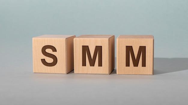 Marketing w mediach społecznościowych, litery na drewnianych klockach