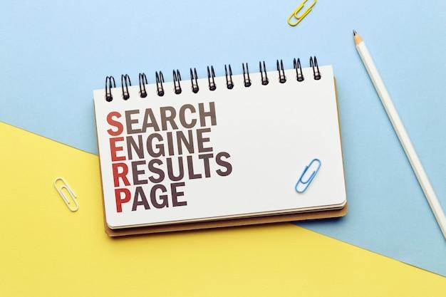 Marketingowe hasło serp. strona wyników wyszukiwarki terminów w notatniku.