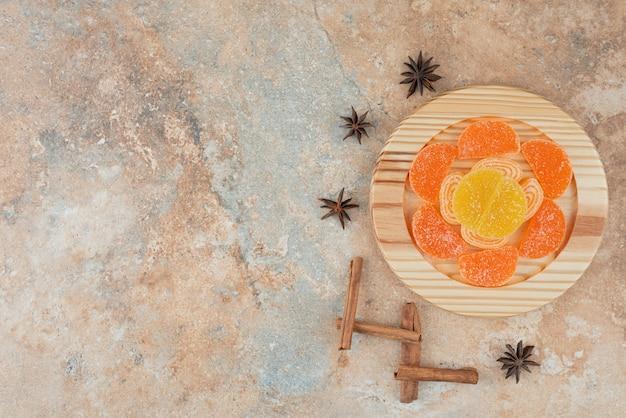 Marmolada cukrowa z anyżem i laskami cynamonu