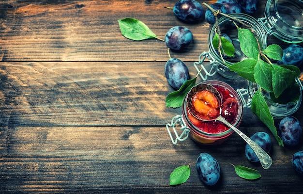 Marmolada z owoców śliwki na rustykalne drewniane tła. stonowany obraz w stylu vintage