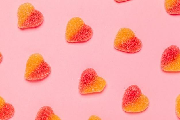 Marmoladowy cukierek lub guma na koloru tle