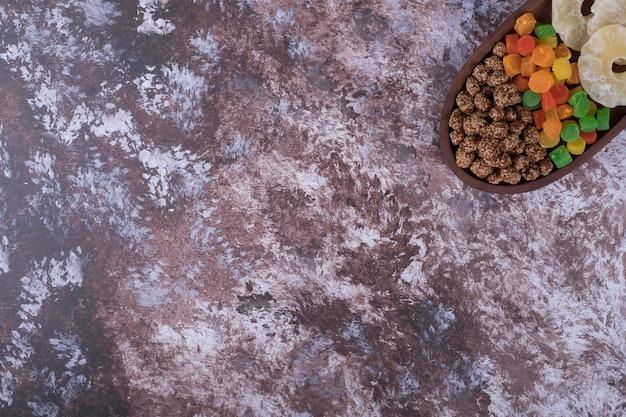 Marmolady I Suszone Pokrojone Owoce Na Drewnianym Talerzu W Prawym Rogu Darmowe Zdjęcia
