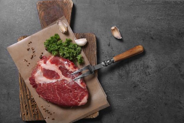 Marmurkowy stek wołowy i przyprawy na drewnianym stole