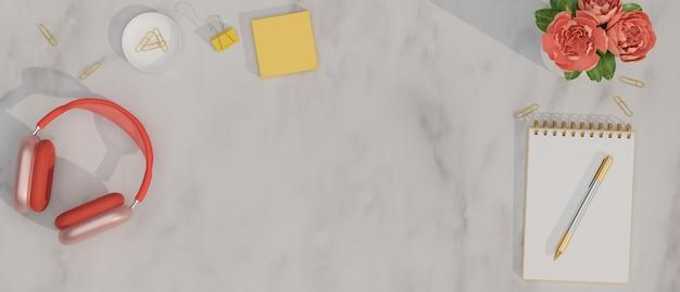 Marmurowa przestrzeń robocza tło z pustą przestrzenią czerwone słuchawki pusty notatnik żółta karteczka samoprzylepna