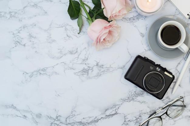 Marmurowe biurko z przedmiotami