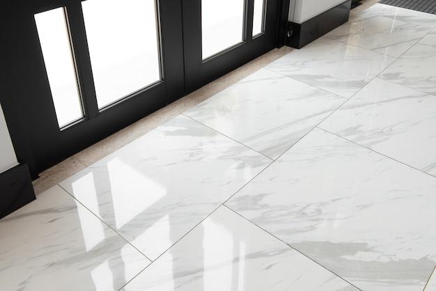 Marmurowe płytki podłogowe w szklanych drzwiach