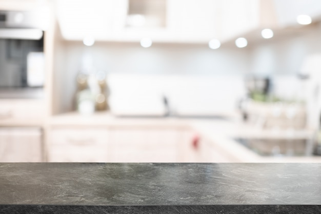 Marmurowy blat, biurko i niewyraźne tło kuchni. może być stosowany do montażu wyświetlacza produktu. prezentacja biznesowa.