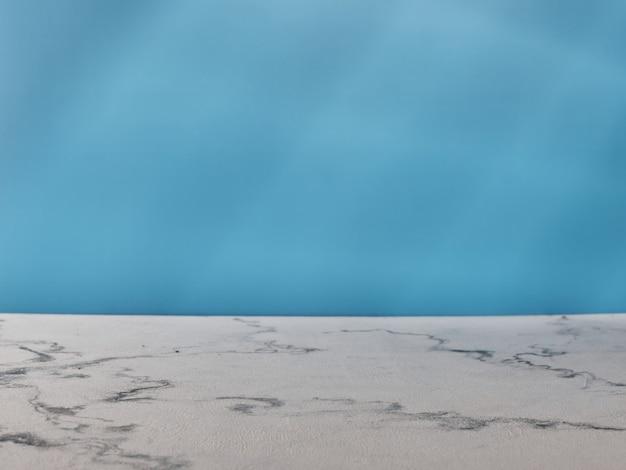 Marmurowy blat i niebieska ściana ze światłem z okna