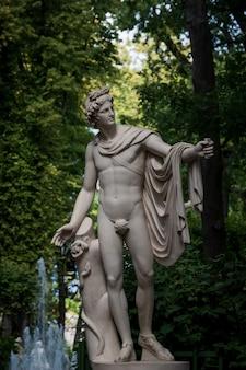 Marmurowy posąg apolla belvedere w ogrodzie letnim, sankt petersburg, rosja