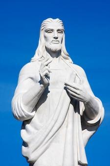 Marmurowy posąg chrystusa w hawanie z błękitnym niebem. casa blanca, regla, kuba
