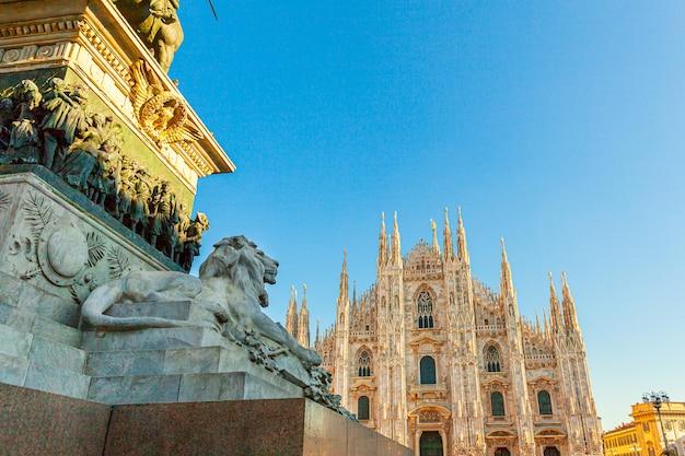 Marmurowy posąg lwa w pobliżu słynnego kościoła katedra w mediolanie duomo di milano.