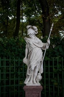 Marmurowy posąg minerwy w ogrodzie letnim, sankt petersburg, rosja