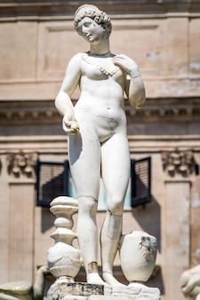Marmurowy posąg na piazza pretoria, palermo, sycylia