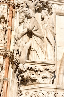 Marmurowy posąg, rzeźba na piazza san marco w wenecji, włochy