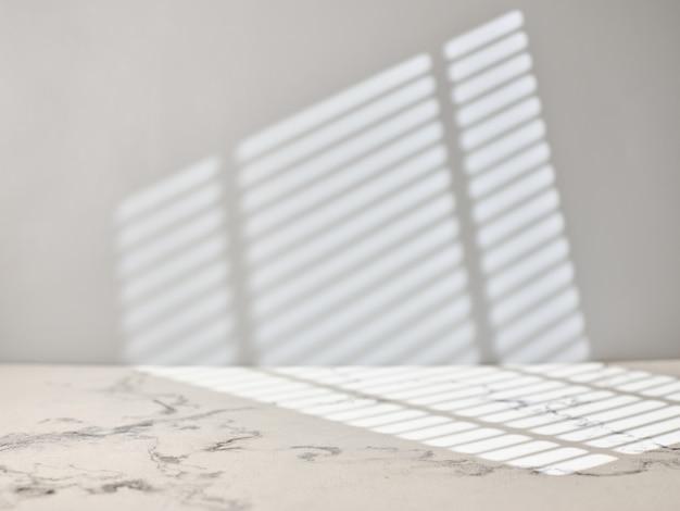 Marmurowy stół kuchenny ze światłem z okna.