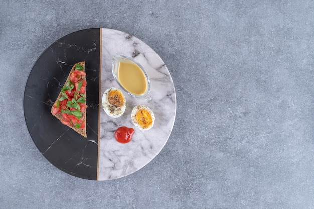 Marmurowy talerz z gotowanym jajkiem i grzanką