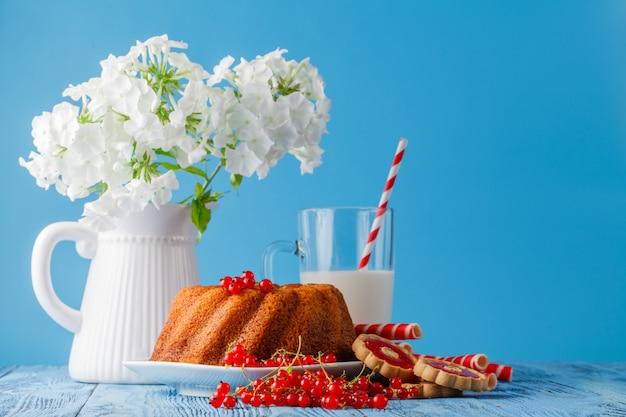 Marmurowy tort z mlekiem na drewno stole