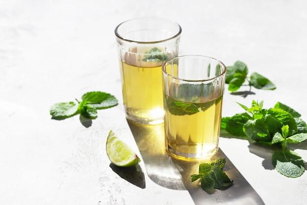 Marokańska herbata z liśćmi mięty i limonką