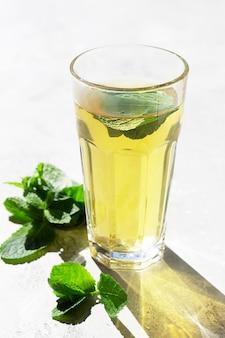 Marokańska herbata z liśćmi mięty