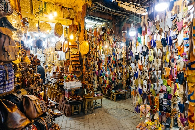 Marokańskie orientalne pamiątki i produkty na rynku medyny w marakeszu w maroku