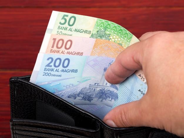 Marokańskie pieniądze dirham w czarnym portfelu