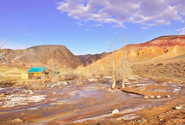 Mars w górach ałtaj zbocze tarasu w dolinie rzeki kyzylchin
