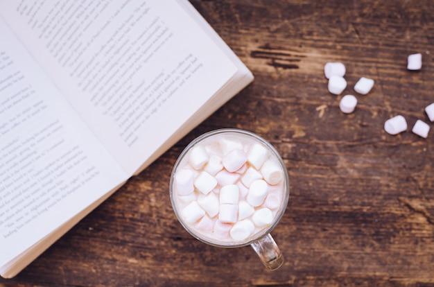Marshmallows na gorącym napoju czekoladowym