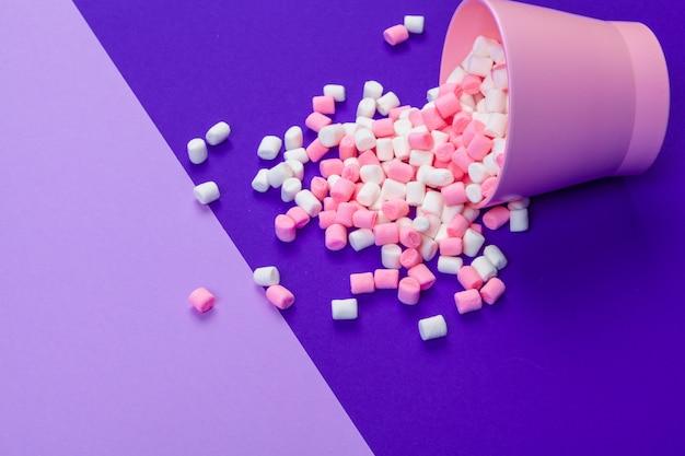 Marshmallows na niebieskim tle