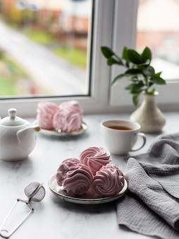 Marshmallows truskawkowe na talerzu