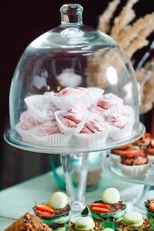 Marshmallows w szklanym słoju na batonika