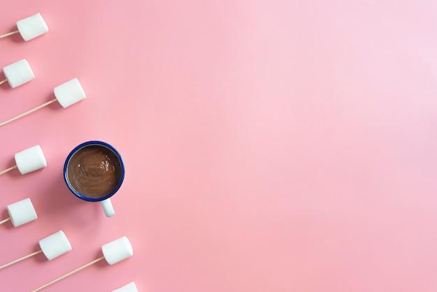 Marshmallows z czekoladą w różowym tle