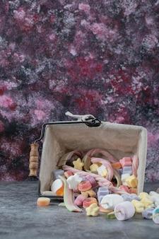 Marshmallows Z Mini Metalowego Kosza. Darmowe Zdjęcia