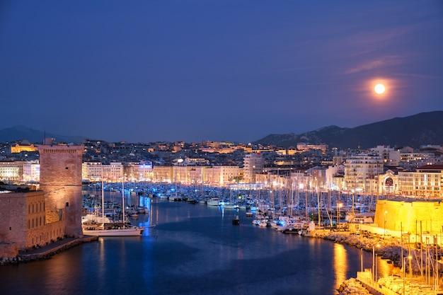 Marsylia stary port i fort saintjean w nocy marseille france