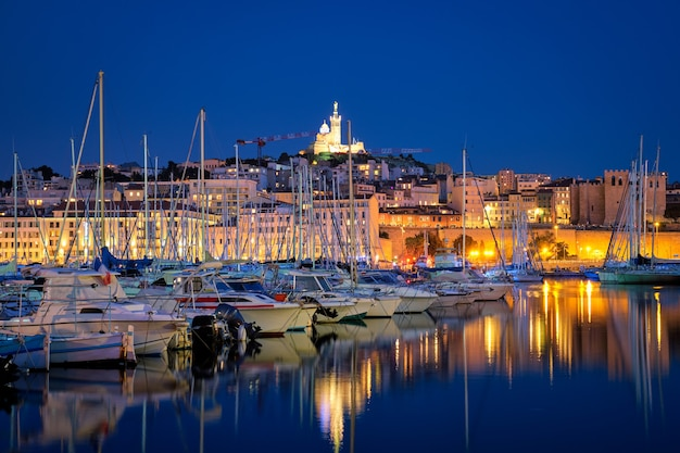 Marsylia stary port w nocy marsylia francja